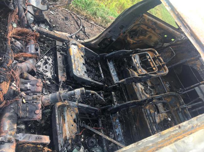 Xế hộp cháy trơ khung giữa đường khiến tài xế khóc lóc cầu cứu, nhưng nguyên nhân quen thuộc gây ra vụ cháy mới gây bức xúc - Ảnh 4.