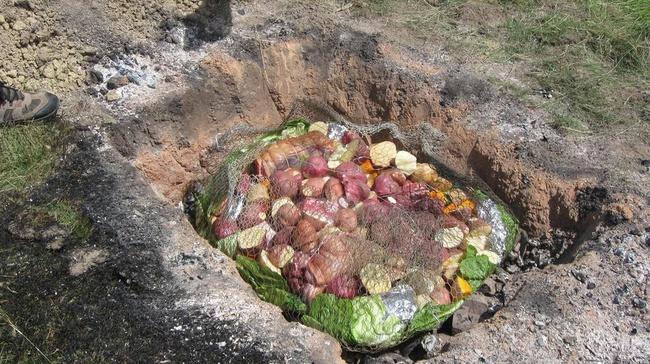 Thấy người dân đổ đầy thịt cùng các loại rau củ xuống hố, du khách ghê bẩn nhưng rồi phát cuồng vì món ăn kỳ lạ tưởng không ngon mà ngon không tưởng - Ảnh 2.