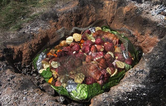 Thấy người dân đổ đầy thịt cùng các loại rau củ xuống hố, du khách ghê bẩn nhưng rồi phát cuồng vì món ăn kỳ lạ tưởng không ngon mà ngon không tưởng - Ảnh 4.