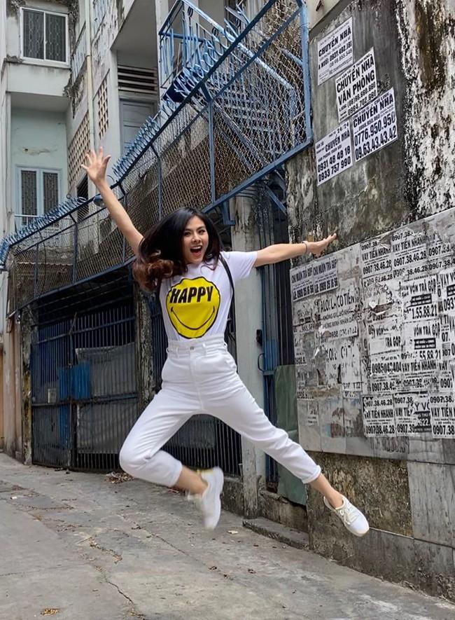 Vân Trang nhảy cao để có bức hình sống động.