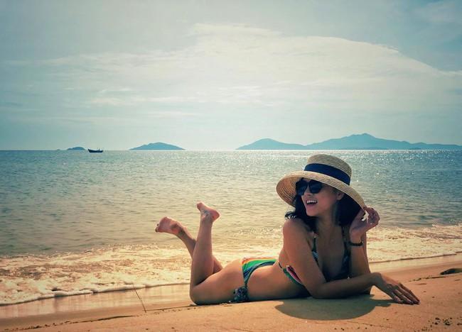 Thu Quỳnh than thở: Tui thèm đi biển quá các bác ạ. Nóng gì mà nóng thế!.