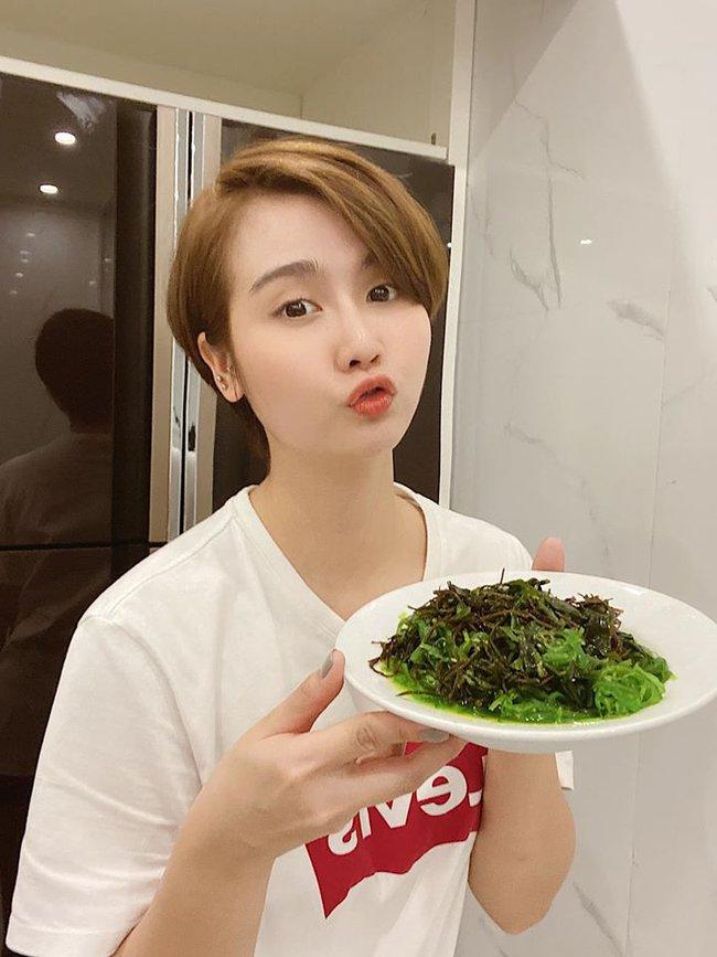 Huyền Lizzie thích thú với món salad rong biển.