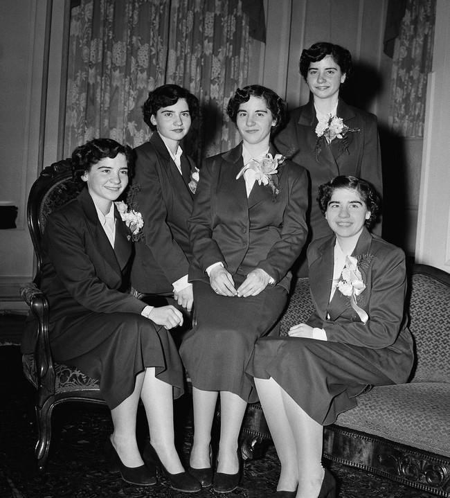 Cuộc đời đầy gian truân của 5 chị em gái trong ca sinh 5 đầu tiên vô cùng hiếm trên thế giới, trở thành trò mua vui cho thiên hạ rồi bị cha đẻ lạm dụng - Ảnh 10.