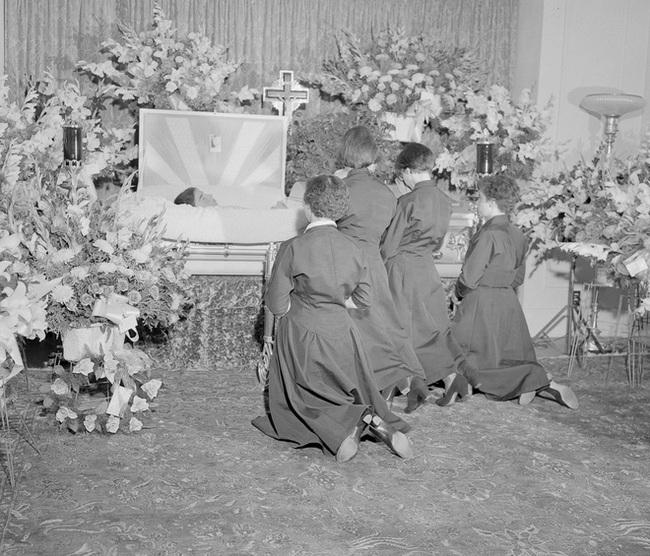 Cuộc đời đầy gian truân của 5 chị em gái trong ca sinh 5 đầu tiên vô cùng hiếm trên thế giới, trở thành trò mua vui cho thiên hạ rồi bị cha đẻ lạm dụng - Ảnh 11.