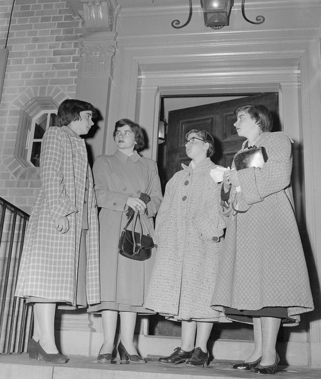 Cuộc đời đầy gian truân của 5 chị em gái trong ca sinh 5 đầu tiên vô cùng hiếm trên thế giới, trở thành trò mua vui cho thiên hạ rồi bị cha đẻ lạm dụng - Ảnh 12.