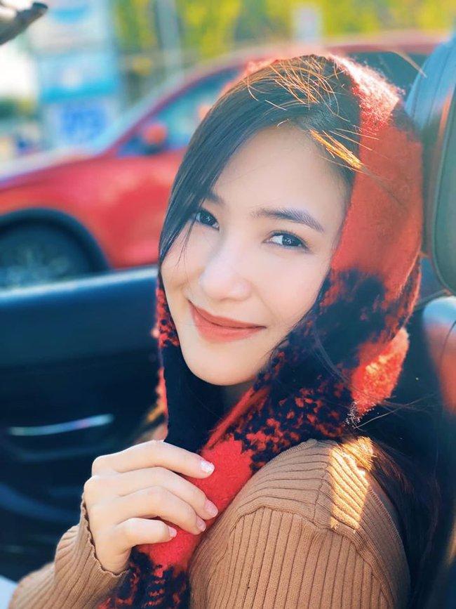 Hương Tràm đăng hình cùng dòng chú thích: Cô bé quàng khăn đỏ. Bỏ thế giới nhỏ... đi chơi.