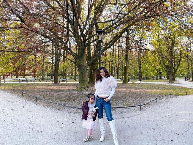 Diễm Trang cùng con gái đi chơi công viên ở Ba Lan.