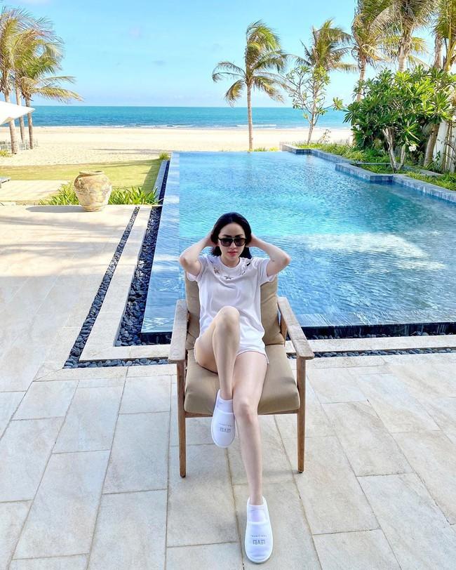 """Chiêm ngưỡng 11 outfit đẹp quá mức quy định của mỹ nhân Việt, bạn sẽ muốn """"quẩy"""" đồ trắng tới bến trong Hè này - Ảnh 7."""