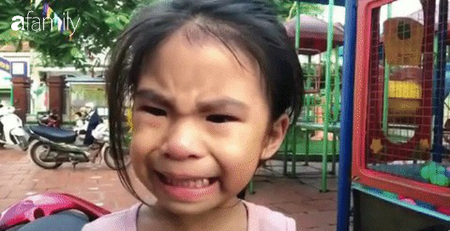 """Cô bé biểu cảm """"vừa khóc vừa cười"""" bất ngờ tái xuất, lại bị anh trai trêu cực hài: """"Đưa tay đây nào, thôi đi học em nhé"""" - Ảnh 1."""