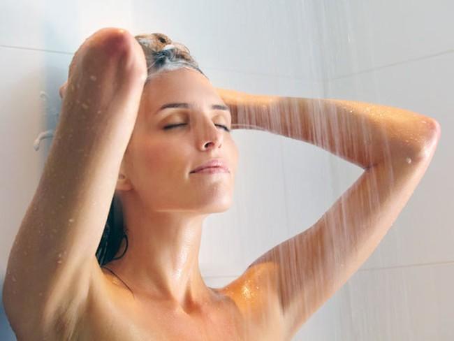 Trời hè nóng bức bối, chị em công sở nên tắm lúc nào để dễ ngủ mà vẫn đảm bảo an toàn sức khoẻ? - Ảnh 1.