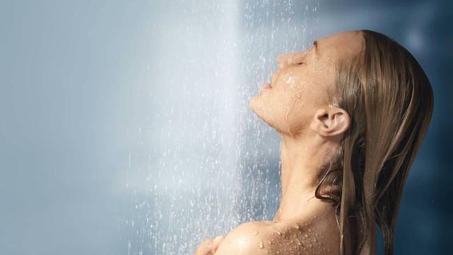 Trời hè nóng bức bối, chị em công sở nên tắm lúc nào để dễ ngủ mà vẫn đảm bảo an toàn sức khoẻ? - Ảnh 3.