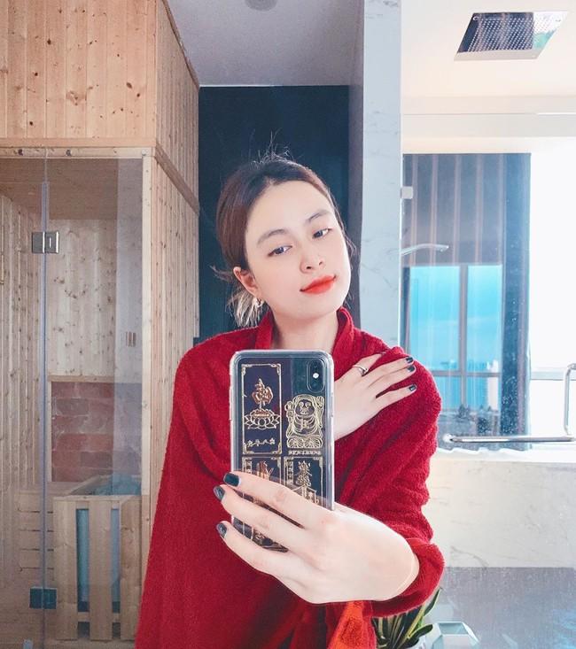 Hoàng Thùy Linh chụp ảnh tự sướng khi ở nhà.