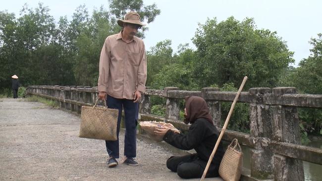 """""""Luật trời"""" tập cuối: Trang (Ngọc Lan) làm gái bao ở tuổi xế chiều nhưng cuối cùng lại bị tạt axit nát mặt - Ảnh 7."""