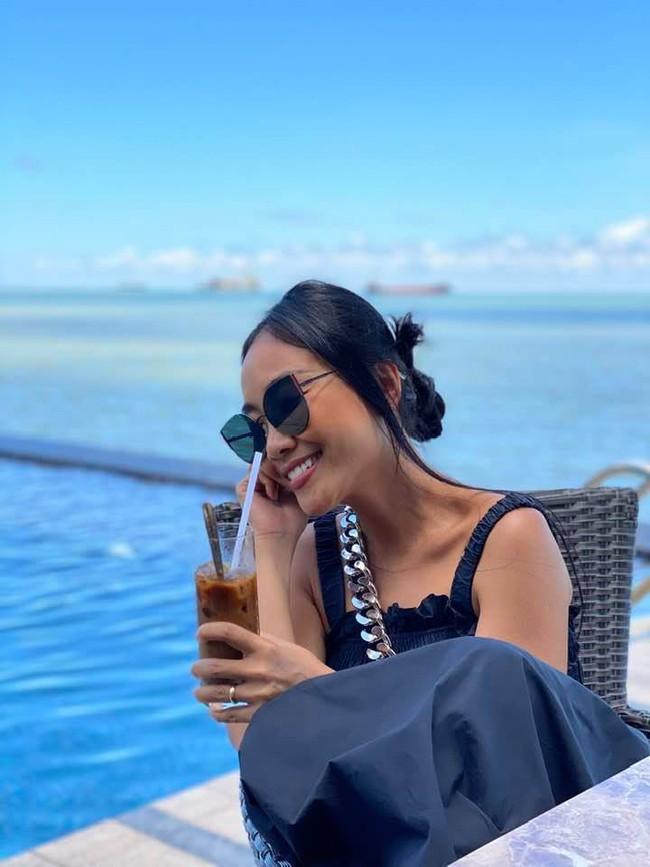 Đoan Trang đăng hình cùng dòng chú thích: Lén lén chuồn ra biển cái.