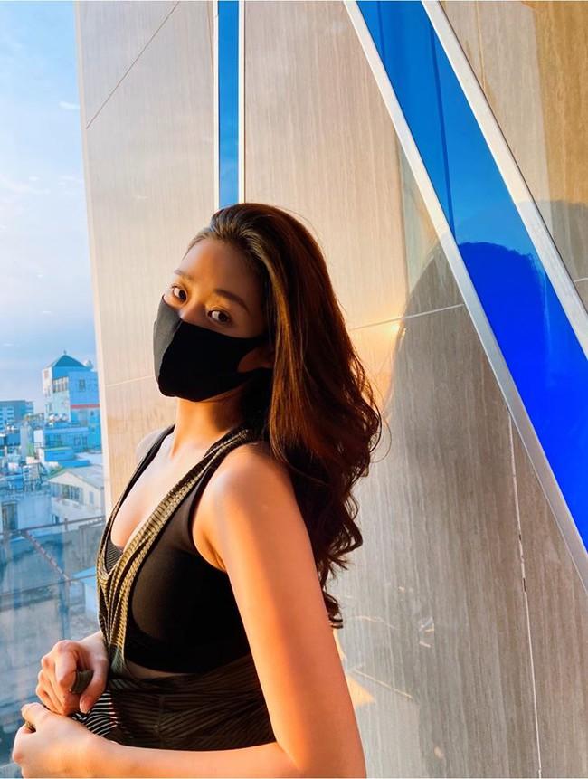 Khánh Vân chăm chỉ đeo khẩu trang đảm bảo an toàn trong mùa dịch.