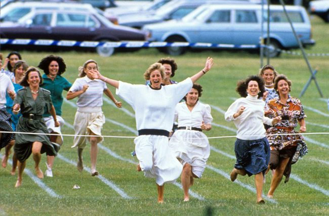 Ngày của Mẹ: Lại nhớ Công nương Diana lúc sinh thời, từng phá vỡ quy tắc Hoàng gia để tham gia cuộc chạy thi tại trường của các Hoàng tử khiến người hâm mộ nức lòng - Ảnh 5.