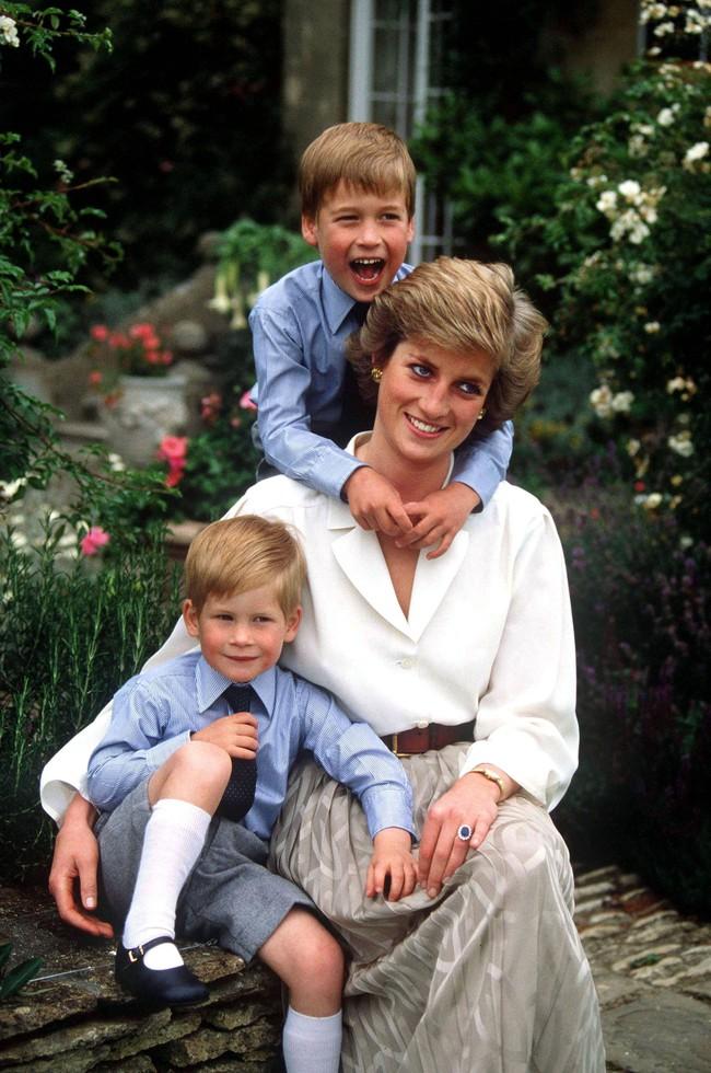 Ngày của Mẹ: Lại nhớ Công nương Diana lúc sinh thời, từng phá vỡ quy tắc Hoàng gia để tham gia cuộc chạy thi tại trường của các Hoàng tử khiến người hâm mộ nức lòng - Ảnh 9.
