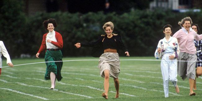 Ngày của Mẹ: Lại nhớ Công nương Diana lúc sinh thời, từng phá vỡ quy tắc Hoàng gia để tham gia cuộc chạy thi tại trường của các Hoàng tử khiến người hâm mộ nức lòng - Ảnh 3.