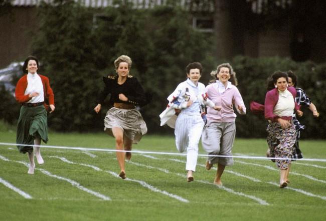 Ngày của Mẹ: Lại nhớ Công nương Diana lúc sinh thời, từng phá vỡ quy tắc Hoàng gia để tham gia cuộc chạy thi tại trường của các Hoàng tử khiến người hâm mộ nức lòng - Ảnh 2.