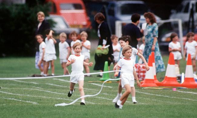 Ngày của Mẹ: Lại nhớ Công nương Diana lúc sinh thời, từng phá vỡ quy tắc Hoàng gia để tham gia cuộc chạy thi tại trường của các Hoàng tử khiến người hâm mộ nức lòng - Ảnh 7.