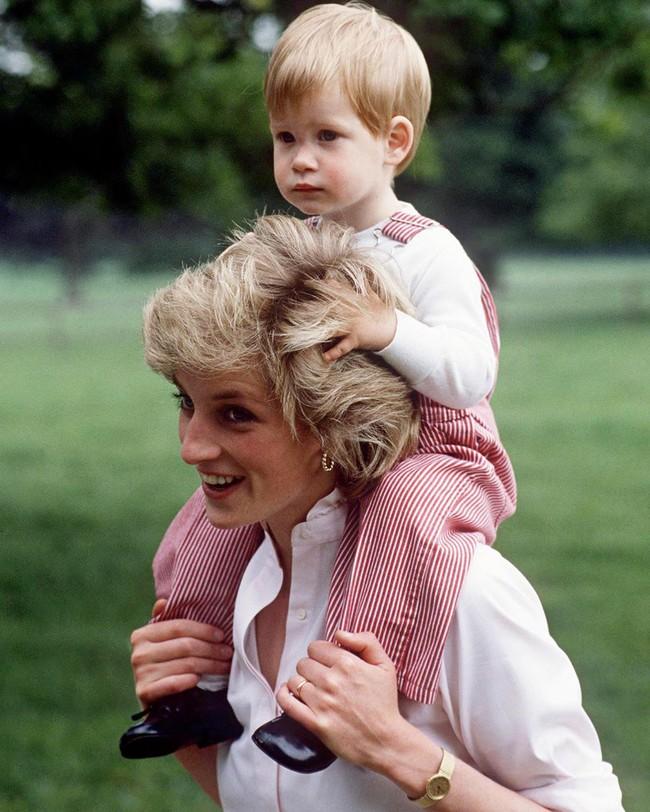 Ngày của Mẹ: Lại nhớ Công nương Diana lúc sinh thời, từng phá vỡ quy tắc Hoàng gia để tham gia cuộc chạy thi tại trường của các Hoàng tử khiến người hâm mộ nức lòng - Ảnh 10.