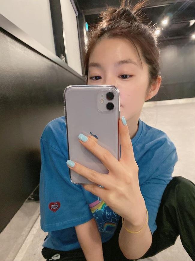 """Loạt mẫu nail chào Hè đẹp xuất sắc của sao châu Á, kiểu nào cũng """"sang tay"""" và tăng điểm phong cách ngoạn mục - Ảnh 5."""