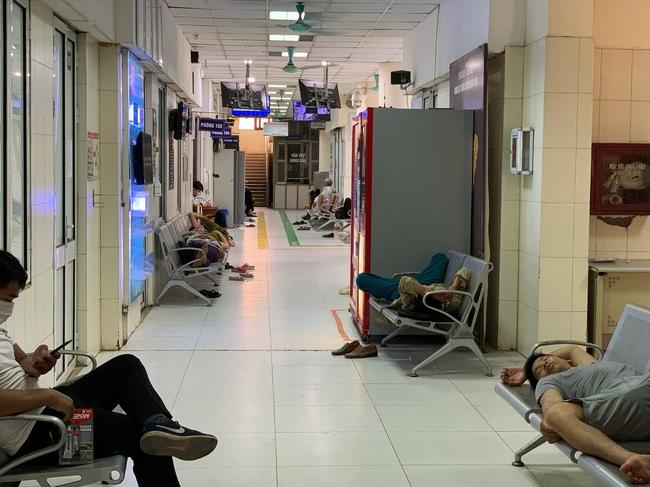 Hà Nội: Người nhà bệnh chọn hành lang bệnh viện làm nhà, gốc cây làm nơi ngả lưng trong những ngày nắng nóng - Ảnh 13.