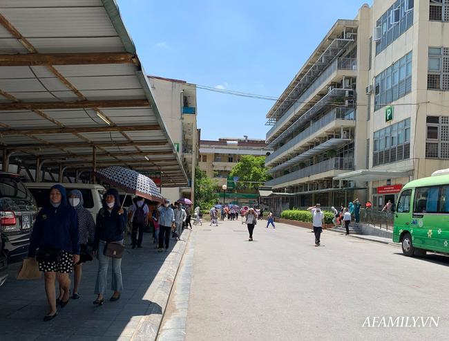 Hà Nội: Người nhà bệnh chọn hành lang bệnh viện làm nhà, gốc cây làm nơi ngả lưng trong những ngày nắng nóng - Ảnh 2.