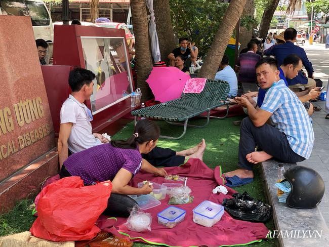 Hà Nội: Người nhà bệnh chọn hành lang bệnh viện làm nhà, gốc cây làm nơi ngả lưng trong những ngày nắng nóng - Ảnh 5.