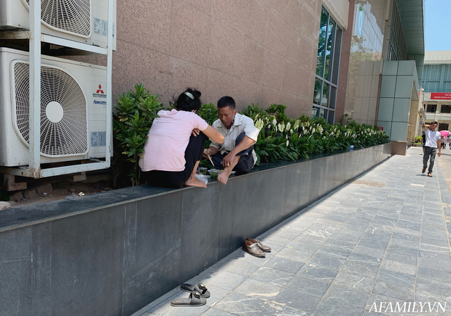 Hà Nội: Người nhà bệnh chọn hành lang bệnh viện làm nhà, gốc cây làm nơi ngả lưng trong những ngày nắng nóng - Ảnh 7.