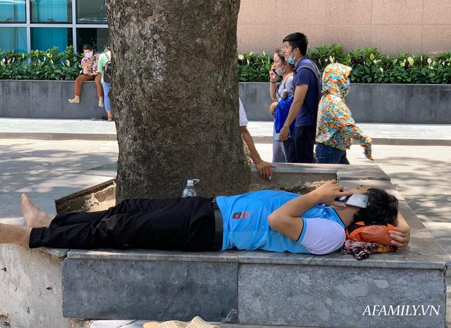 Hà Nội: Người nhà bệnh chọn hành lang bệnh viện làm nhà, gốc cây làm nơi ngả lưng trong những ngày nắng nóng - Ảnh 8.