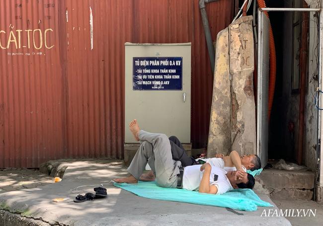 Hà Nội: Người nhà bệnh chọn hành lang bệnh viện làm nhà, gốc cây làm nơi ngả lưng trong những ngày nắng nóng - Ảnh 9.