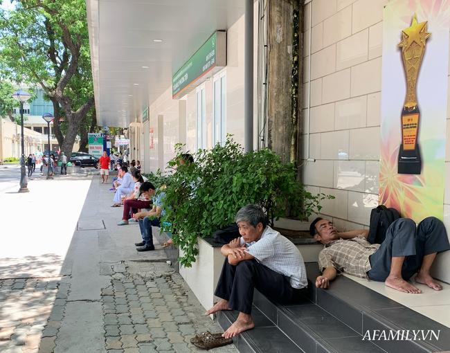 Hà Nội: Người nhà bệnh chọn hành lang bệnh viện làm nhà, gốc cây làm nơi ngả lưng trong những ngày nắng nóng - Ảnh 10.