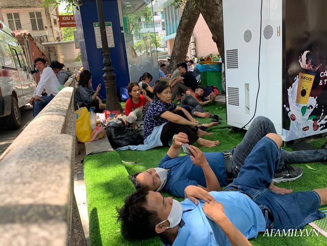 Hà Nội: Người nhà bệnh chọn hành lang bệnh viện làm nhà, gốc cây làm nơi ngả lưng trong những ngày nắng nóng - Ảnh 11.