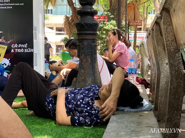 Hà Nội: Người nhà bệnh chọn hành lang bệnh viện làm nhà, gốc cây làm nơi ngả lưng trong những ngày nắng nóng - Ảnh 12.