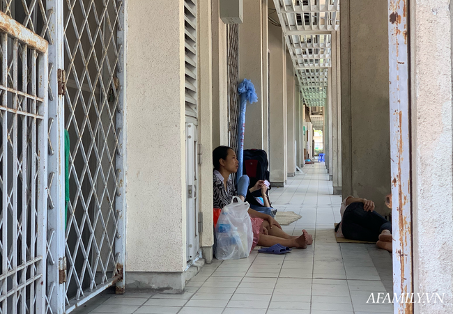 Hà Nội: Người nhà bệnh chọn hành lang bệnh viện làm nhà, gốc cây làm nơi ngả lưng trong những ngày nắng nóng - Ảnh 17.