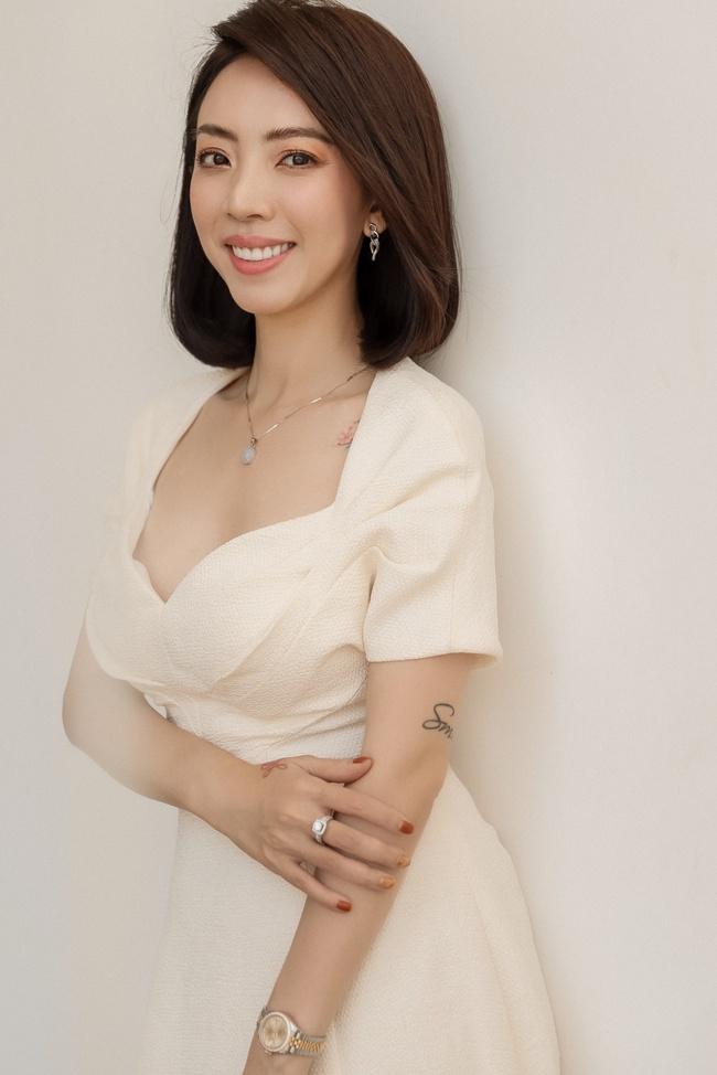 Thu Trang đẹp dịu dàng, bật cười thích thú khi con trai thân thiết với con gái Đoan Trang - Ảnh 1.