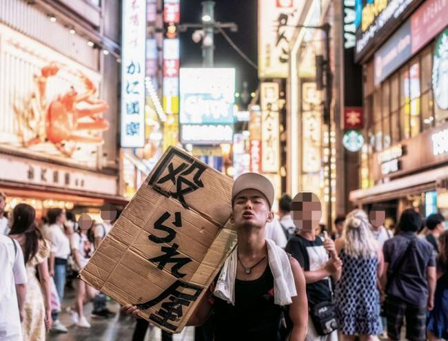 """""""Chịu đánh lấy tiền"""" - hình thức kinh doanh độc lạ ở khu phố sầm uất bậc nhất Nhật Bản - Ảnh 1."""