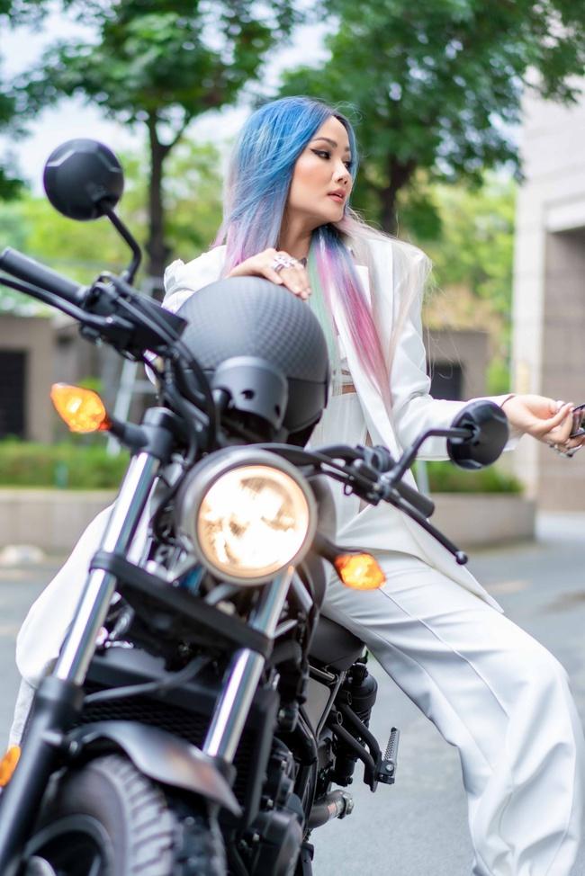 Hoa hậu H'Hen Niê xuất hiện với tóc xanh lạ mắt, lái mô tô phân khói lớn cực ngầu  - Ảnh 4.