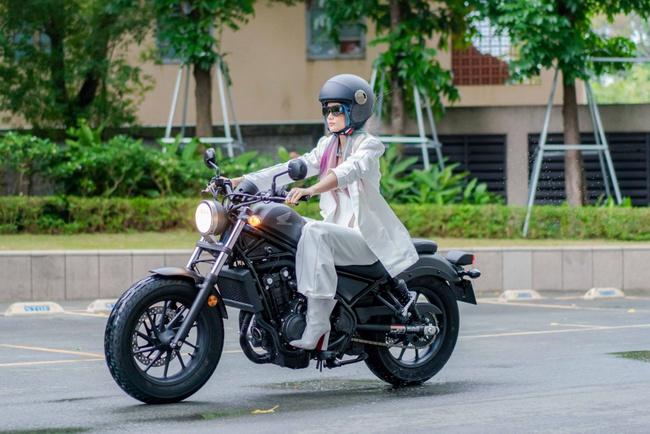 Hoa hậu H'Hen Niê xuất hiện với tóc xanh lạ mắt, lái mô tô phân khói lớn cực ngầu  - Ảnh 2.