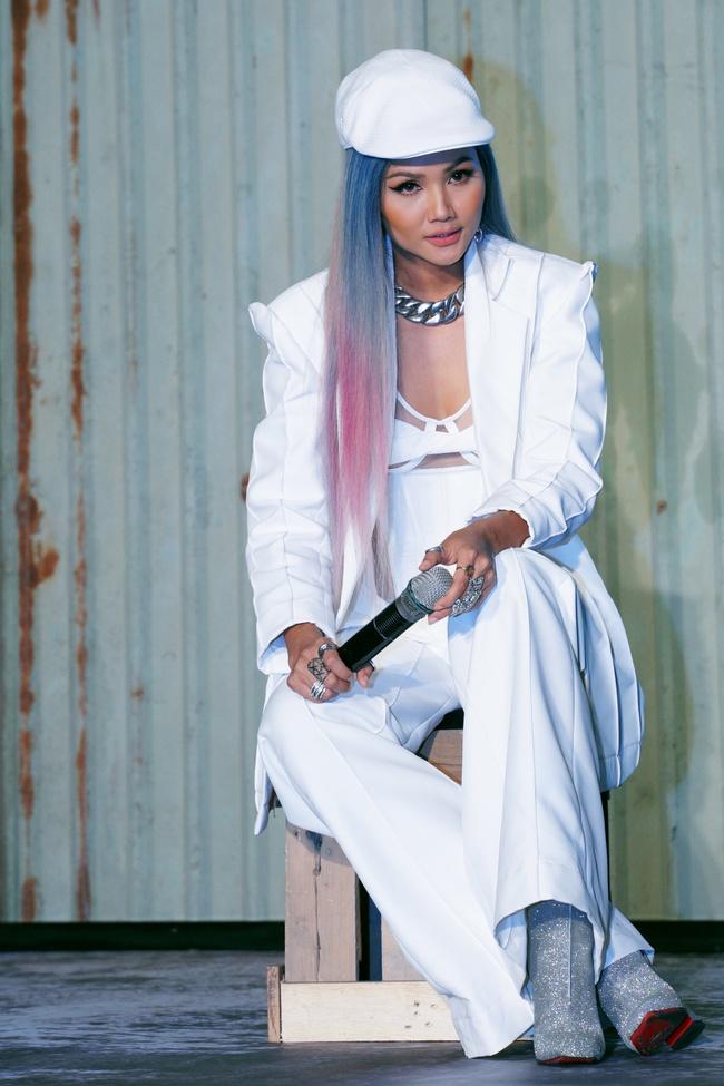 Hoa hậu H'Hen Niê xuất hiện với tóc xanh lạ mắt, lái mô tô phân khói lớn cực ngầu  - Ảnh 12.