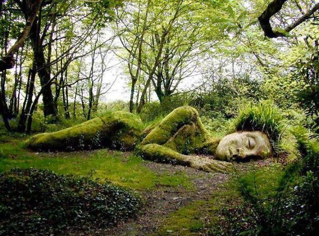 """Lạ kỳ bức tượng thiếu nữ nằm ngủ được mẹ thiên nhiên tặng """"bộ xiêm y"""" thay đổi theo 4 mùa - Ảnh 1."""