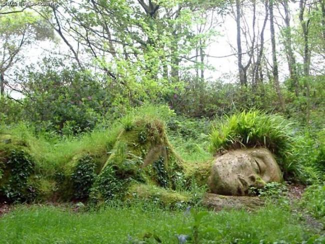 """Lạ kỳ bức tượng thiếu nữ nằm ngủ được mẹ thiên nhiên tặng """"bộ xiêm y"""" thay đổi theo 4 mùa - Ảnh 7."""