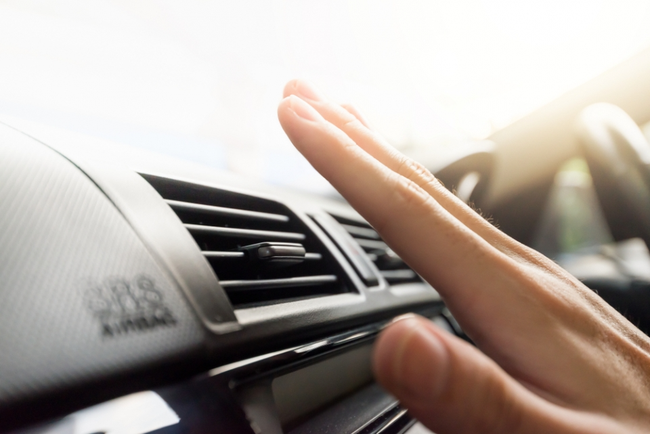 Cho con vào xe ô tô, đóng sập cửa và bật điều hòa ngay - sai lầm của cha mẹ dễ khiến trẻ phải trả giá bằng sức khỏe - Ảnh 1.
