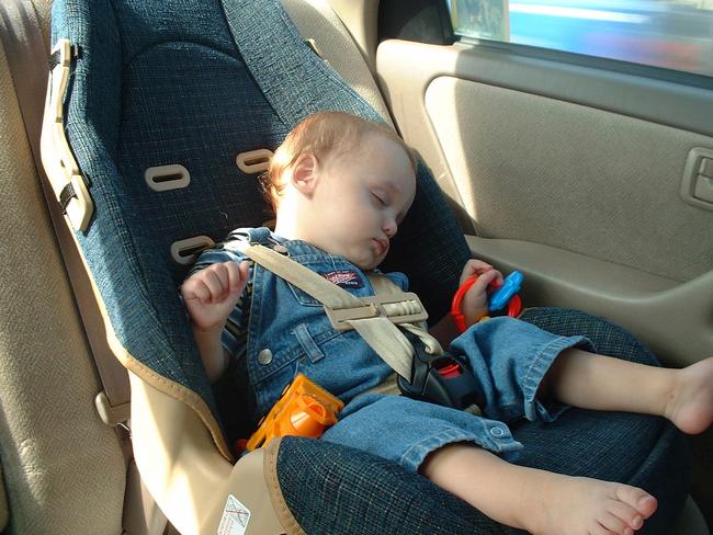 Cho con vào xe ô tô, đóng sập cửa và bật điều hòa ngay - sai lầm của cha mẹ dễ khiến trẻ phải trả giá bằng sức khỏe - Ảnh 2.