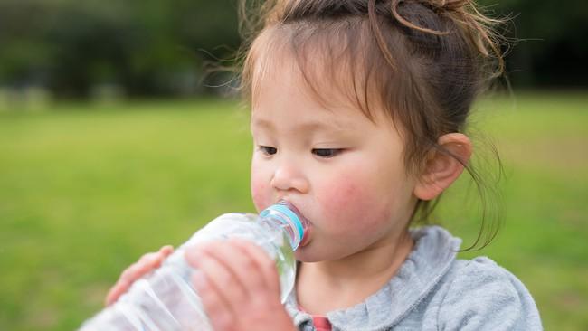 Chở con bằng xe máy dưới trời nắng nóng, cha mẹ cần lưu ý những điểm sau để trẻ không bị say nắng hay sốc nhiệt - Ảnh 1.