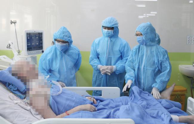 Sức cơ hô hấp của bệnh nhân phi công người Anh có cải thiện, đang tập cai máy thở - Ảnh 1.