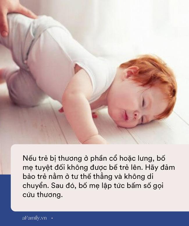 Khi con bị ngã từ trên giường xuống đất, 90% bố mẹ có hành động sai lầm gây nguy hiểm cho con - Ảnh 3.
