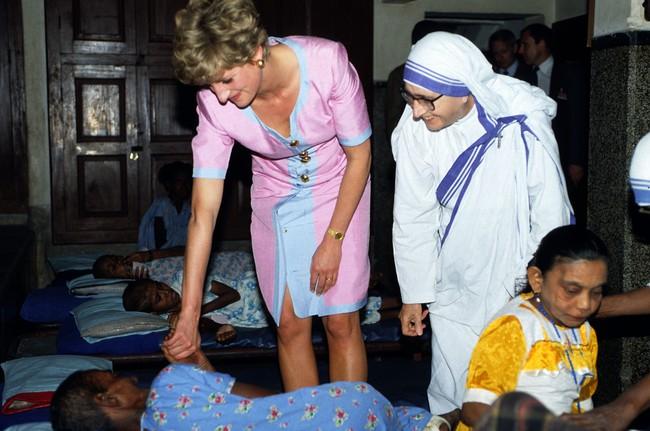 Điều ít biết về hai món đồ Công nương Diana nắm chặt trong tay sau khi trút hơi thở cuối cùng khiến nhiều người ám ảnh cho đến tận bây giờ - Ảnh 6.