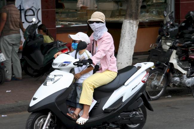 Chở con bằng xe máy dưới trời nắng nóng, cha mẹ cần lưu ý những điểm sau để trẻ không bị say nắng hay sốc nhiệt - Ảnh 2.